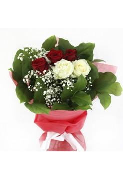 Красивая композиция из белых и красных роз
